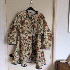 Een jas van een doorgestikte deken tegen de kou