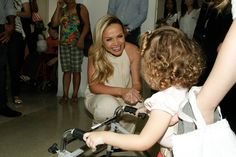 Eliana e Daniel visitam crianças da AACD de SP