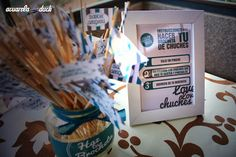 Monta brochetas con gominolas durante la barra libre de la boda. #ideas #boda #decoracion #vinilos #chuches