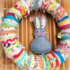 Osterkranz aus Stoffresten mit Hasen aus Jeans / Easter wreath made from scraps of fabric with Easter Bunny made from jeans / Upcycling