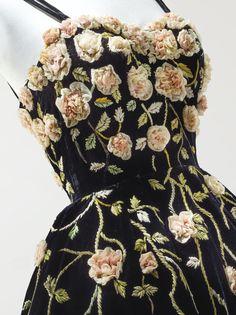 Pierre Balmain Haute Couture, 1953. Robe de cocktail en velours noir, travail de fleurs en bouillonné de mousseline, tiges et feuilles en minuscules rubans réalisé par la Maison Lesage. Détail