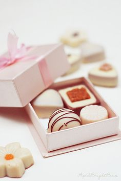 Pink gift box bow wrapped effect four assorted white chocolates. I Love Chocolate, Chocolate Shop, Chocolate Factory, Chocolate Gifts, Chocolate Recipes, White Chocolate, Chocolate Pictures, Chocolate Lovers, Pink Gift Box