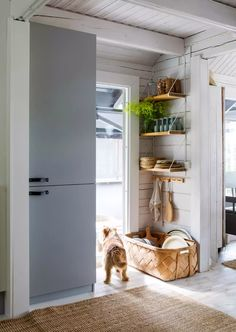 Hirsimökki Inkoon saaristossa | Meillä kotona Kitchen Interior, Sweet Home, Kitchen Appliances, Cottage, House, Organization Ideas, Knotty Pine, Home Decor, Style