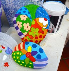 piedras pintadas a mano: una capa de enduído para exterior, dibujo, pintura y dos capas de rust-oleum ultra cover, así podemos dejarlas en el jardín y no preocuparnos por el clima.