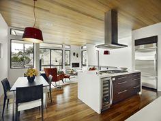 cuisine ouverte sur la salle à manger, grande lampe pendante