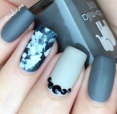 Cold gray color refreshes white and black. Nail on the ring finger is real art.
