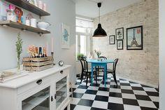 sala de jantar com piso xadez