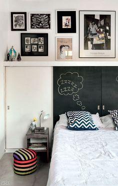 Um armário estreito (25 cm de profundidade) toma a parede de ponta a ponta. Fechando o móvel, quatro portas de correr foram pintadas de branco e preto – para se divertir desenhando com giz na pintura escura.