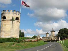 La route des châteaux du Médoc, au pied du Château Cos d'Estournel et ses fameux toits pagode, à Saint-Estèphe