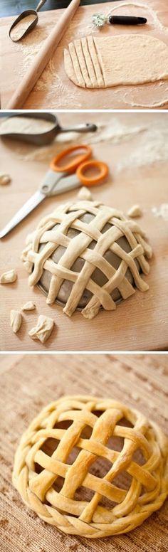Faça a receitinha que você tem aí em sua casa, pão caseiro.   (Caso não tenha nenhuma, no término deste post tem uma.)     Abra a ...