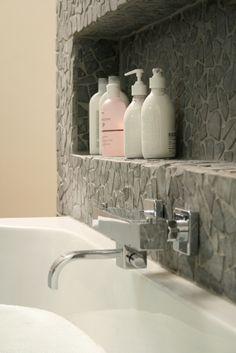 Praxis | Je hoeft niet altijd kastjes op te hangen in de badkamer. Je kunt ook je spullen kwijt in deze stenen muur!