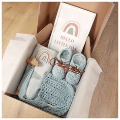 This gender neutral, organic gift box is the excellent present to welcome a newborn or to bring to a babyshower. All the items in the gift box are %100 organic and handmade. This gift box includes organic cotton blue/white rainbow muslin cover.  Organic Cotton Macrame Pacifier Chain with wood clips is made from maple, completely appropriate for your baby. #newborn #newborngift #babyshower #babygift #handmade #etsy #crochetbabyshoe #etsy #crochetbooties #babybooties #babybonnet #muslin Baby Shower Gift Basket, Baby Gift Box, Baby Box, Baby Girl Gifts, New Baby Gifts, Baby Shower Gifts, Girl Gift Baskets, Baby Gift Hampers, Baby Hamper