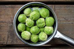 Růžičkovou kapustu vjakémkoliv skupenství imnožství. Cauliflower Vegetable, Food Inspiration, Sprouts, Fries, Tofu, Low Carb, Healthy Recipes, Vegetables, Diet