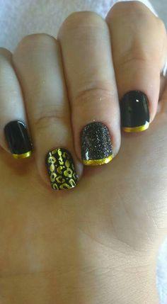 Unhas pretas detalhes com francesinha douradas, carimbo de onça e uma unha com glicerina preto. Fabi