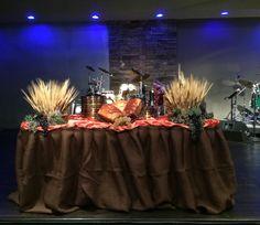 Uma mesa de Santa Ceia elaborada por Noemi Militão, em comemoração ao Thanksgiving em sua igreja.