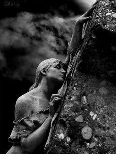 angel statue lies on grave Milan Monumental Cemetery. Cemetery Angels, Cemetery Statues, Cemetery Art, Statue Ange, Old Cemeteries, Graveyards, Art Sculpture, Stone Sculpture, Oeuvre D'art