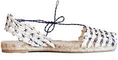 Incontournable estival, les espadrilles paradent cette saison au naturel entre cuir camel, veau tressé où toile de coton doux… Où la tradition des souliers basques passée au lifting par les créateurs.
