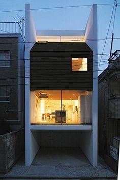 작고 깊은 집 Sandwich House 작은 집이 있다. 겉으로 보아도 작다. 그럼에도 불구하고 집으로 또 하나의 집을 들였다. 그곳은 집의 소통을 이끌어내는 중요한 존재가 된다. 좁은 공간이지만 다양한 각도에서 풍요로운 체험을 이끌어낸다는 것, 바로 건축가의 의도였다.기억 속의 공간사이트는 기차역과 가까운 주거 밀집지역에 위치하고 있다. 무엇보다 이 Space Architecture, Container Architecture, Narrow House Designs, Compact House, Small Modern Home, Tiny House Cabin, Box Houses, Small Buildings, Container House Design