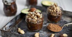 Chocolate avocado cream with nut crumble. Desserts Rafraîchissants, Beaux Desserts, Dessert Recipes, Dessert Simple, Aquafaba, Easy Quick Deserts, Raw Food Recipes, Sweet Recipes, Healthy Recipes