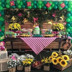 The Sunflower themed party can be a beautiful option for birthdays, weddings, baby showers and so many other events. Birthday Flags, Picnic Birthday, Bear Birthday, 3rd Birthday Parties, Birthday Party Decorations, Masha Et Mishka, Marsha And The Bear, Sunflower Party, Bear Party