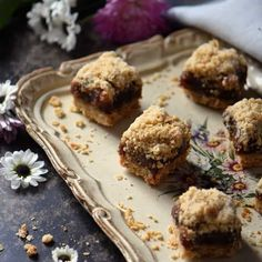 A timeless classic: Date Squares. Who can resist a date filling sandwiched between an oat crumble? No Bake Desserts, Dessert Recipes, Baking Recipes, Cookie Recipes, Autumn Chopped Salads, Diet Cake, Date Squares, Desert Bar, Date Recipes