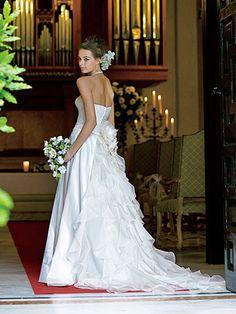 繊細なレースをふんだんに使った大人のシルエット    上半身から流れるようにレースがあしらわれたエレガントなドレス。身体のラインを美しく見せる洗練されたデザインは、大人の花嫁にふさわしい一着。ドレス¥682,500[レンタル料¥346,500]、ヘアアクセサリー、ネックレス(すべてノバレーゼ)