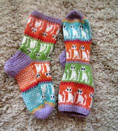 I'd put the cats so that head's were up when socks are on feet. Crochet Socks Pattern, Cat Pattern, Knitting Patterns, Knit Crochet, Wool Socks, Knitting Socks, Baby Knitting, Knitted Cat, Crazy Socks