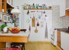 21-decoracao-cozinha-pequena-parede-enfeites-tabuas-corte