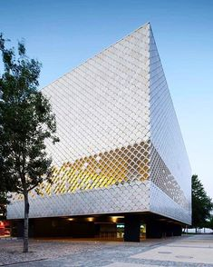 This oceanarium, designed by Peter Chermayeff, is enveloped by 5,000 fish-like scales . : Radek Brunecky. #MODLARHQ