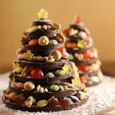 A gorgeous edible Christmas Tree made out with chocolate, dried fruit, nuts and candies (in Spanish)
