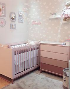 Um quarto moderninho Este quarto é uma fofura e a cômoda em tons de rosa com degradê é um charme a parte. Conheça em nossa loja as decorações mais lindas para o quarto do seu bebê. Baby Bedroom, Baby Boy Rooms, Baby Room Decor, Nursery Room, Girls Bedroom, Bedroom Ideas, Newborn Baby Dolls, Baby Room Design, Baby Swings