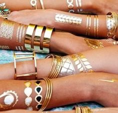 Flash tattoos are a really easy way to add some boho vibes to your outfit and are perfect for festival season. Here are the best flash tattoos to get! Metallic Tattoo, Gold Tattoo, Tattoo Set, Tattoo Small, Flash Tattoos, Tatoos, Boho Tattoos, Gun Tattoos, Ankle Tattoos