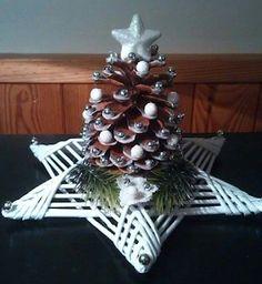 Haz lindos adornos navideños reciclando papel periódico Frugal Christmas, Christmas Makes, Christmas Holidays, Christmas Wreaths, Christmas Decorations, Christmas Ornaments, Pine Cone Crafts, Diy And Crafts, Christmas Crafts