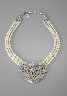 art deco pearl + rhinestone medallion necklace Beautiful necklace pearls and diamonds Jewelry Ads, Jewelry Sites, Art Deco Jewelry, Pearl Jewelry, Antique Jewelry, Vintage Jewelry, Fine Jewelry, Jewelry Necklaces, Jewelry Design