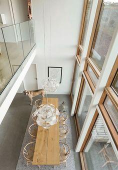 Et stort, flot plankebord med Wegners Y-stole omkring lægger op til store middagsselskaber