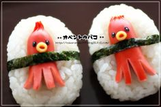 Octopi stuck in onigiri Kawaii Bento, Cute Bento, Bento Kids, Bento Box Lunch, Cute Snacks, Cute Food, Food Art For Kids, Sushi, Bento Recipes