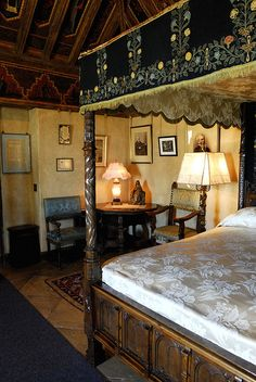 One of the many ornate bedrooms in the castle. Castle Bedroom, Castle Wall, Castles In America, American Mansions, Weapon Storage, San Simeon, Palace Interior, American Interior, Gilded Age