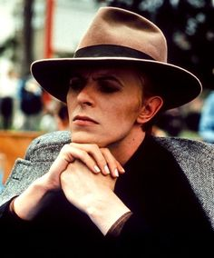The Man Who Fell to Earth: Bowie shoulder-robes his herringbone tweed. (from the Guardian's top Bowie looks)