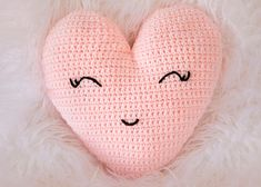 crochet heart patterns are always a popular choice at Valentine's Day. You will fall in love with this Heart Shaped Pillow Free Crochet Pattern. Bag Crochet, Crochet Pillow Pattern, Chunky Crochet, Crochet Patterns Amigurumi, Free Crochet, Knitting Patterns, Pillow Patterns, Knitted Heart, Crochet For Beginners Blanket