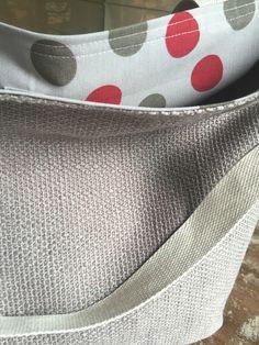 Bolsa em tecido rústico, forrada em tecido estampado e impermeável , com bolsos internos . Obs: objetos não incluídos.