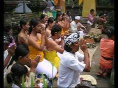 Une cérémonie de limage de dents dans une famille balinaise. #Bali