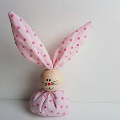 Ab sofort hoppeln sie wieder, unsere beliebten Osterhasen. ( viele neue Farben und Muster kommen noch ) Handgemachte Osterhasen aus Stoff und einer bemalten Holzkugel als Kopf. Verkaufseinheit:...