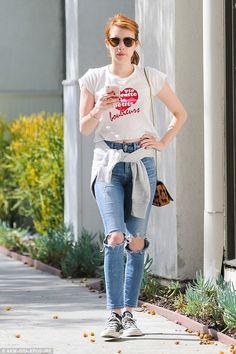 T-shirt branca com estampa de coração, calça jeans rasgada no joelho, blusa de brio amarrada na cintura, bolsa de animal print, all star preto, Emma Roberts.