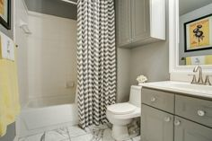 So on trend // Gray and white bathroom with pops of yellow and marble tile