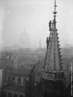 Workmen inspecting the Guildhall spire in London.  (Photo by Fox Photos/Getty Images). December 1927
