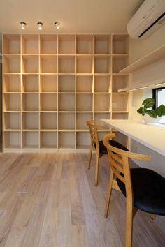 And the floor Home Office Design, House Design, Office Bookshelves, Bookcase, Japanese Interior, Space Saving Furniture, Small Rooms, Home And Living, Storage Spaces