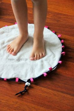 Tuto Sac Tapis de Piscine pour la Miss Sewing Hacks, Sewing Tutorials, Sewing Tips, Sewing Ideas, Colchas Quilting, Pool Mat, Creation Couture, Couture Sewing, Sewing Projects For Beginners