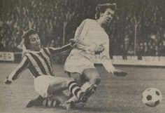 12-12-1976: o.l.v. Bennie Hofs (ja, de oom van) wint #Vitesse met 3-1 van #FCGroningen. Foto: Veenstra belaagt Karel Hiddink