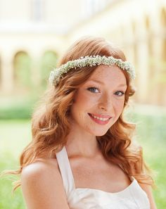 DIY: Schleierkraut-Blütenkranz - Eine wunderbare Idee für eine Brautfrisur mit floralem Haarschmuck.