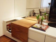 Sala de TV | O rack também funcionar como um bar que abre e fecha, podendo armazenar até 30 garrafas | A iluminação individualizada dá ênfase ao bar | marcelasantiago.com.br